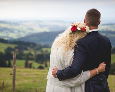 Hochzeit im Allgäu, Berghochzeit , Almhochzeit, Blumenkranz, Braut